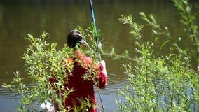 2 малых дет и молодой рыбная ловля отца на речном береге Красивейший ландшафт лета воссоздание обеда напольное видеоматериал