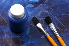 малыши выражений художнической предпосылки голубые стоковое изображение