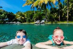 Малыши в плавательном бассеине стоковые изображения