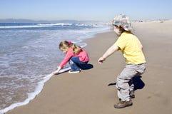 малыши играя воду Стоковые Фотографии RF