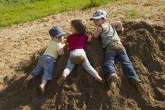 малыши играя песок Стоковые Изображения RF
