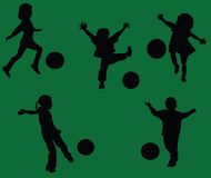 малыши играя футбол Стоковые Фотографии RF
