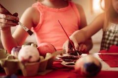 Малыши имея потеху крася пасхальные яйца Стоковое фото RF
