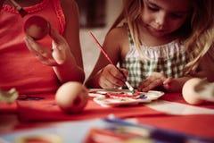 Малыши имея потеху крася пасхальные яйца Стоковая Фотография RF