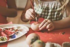 Малыши имея потеху крася пасхальные яйца Стоковое Изображение RF
