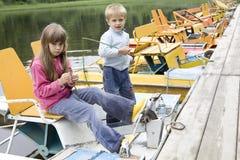 малыши катамарана играя желтый цвет реки Стоковая Фотография