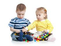 Малыши мальчик и игра девушки совместно Стоковые Изображения RF