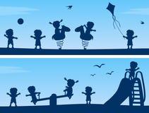 Малыши на силуэтах парка Стоковые Фото
