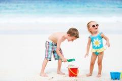 малыши пляжа играя игрушки Стоковые Фотографии RF