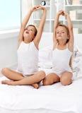 малыши протягивая вверх по просыпать Стоковая Фотография RF