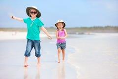 Малыши работая на пляже стоковая фотография rf