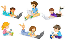 Малыши с компьтер-книжкой иллюстрация штока