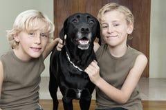 Малыши с собакой на дому Стоковые Фотографии RF