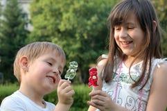 Малыши с lollipops Стоковые Изображения