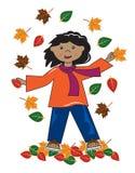 Малыш в девушке афроамериканца листьев Стоковые Изображения RF