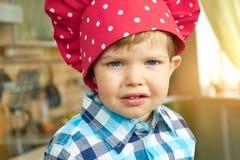 Малыш в шляпе шеф-повара стоковая фотография rf