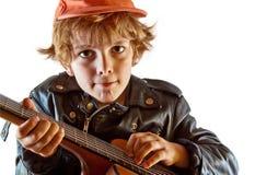 малыш гитары учя игру к стоковая фотография