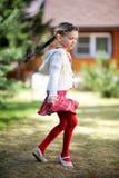малыш девушки танцы outdoors довольно Стоковое Изображение RF