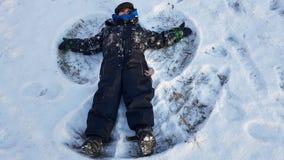 Малыш делая snowangel Стоковое Фото