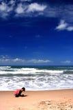 малыш играя песок Стоковые Изображения