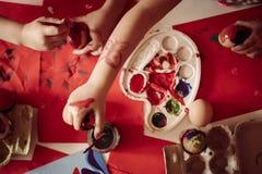 Малыш имея потеху крася пасхальные яйца Стоковое Изображение RF
