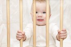 малыш кроватки младенца сидит Стоковое фото RF