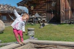 малыш 18 месяцев старый наслаждаясь солнечностью вверх на Seiser Alm Plat стоковая фотография
