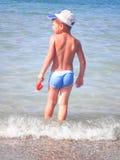 Малыш на пляже стоковые фотографии rf