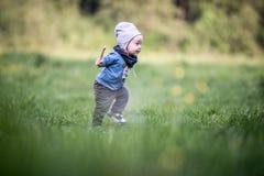 Малыш ребенк в парке имея ход потехи стоковые фотографии rf