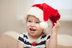Малыш рождества в шлеме Санта Стоковое Изображение