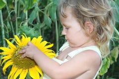 малыш солнцецвета девушки напольный Стоковое Фото