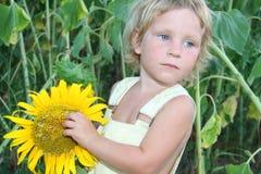 малыш солнцецвета девушки напольный Стоковое Изображение RF