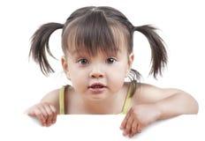 Малыш с белым знаменем Стоковая Фотография RF