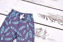 Малыш ягнится брюки сделанные по образцу осенью Стоковая Фотография