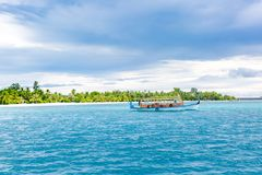 Мальдивская шлюпка dhoni в голубой предпосылке океана Шлюпка Мальдивов традиционная деревянная вызвала Dhoni Тропическое море и д стоковые фото