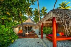 Мальдивы, экзотическое назначение для праздника или медового месяца, белого пляжа коралла с ладонями в рае стоковое фото rf