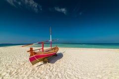 Мальдивы, экзотическое назначение для праздника или медового месяца, белого пляжа коралла с ладонями в рае стоковая фотография rf