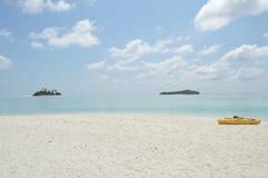 Мальдивы, это остров рая в ясном море стоковая фотография