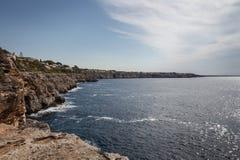 Мальорка, Испания; 17-ое марта 2018: взгляды paradisiacal бухт  стоковые фотографии rf