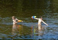 2 мальчика воюя с Squirt оружи Стоковые Фото