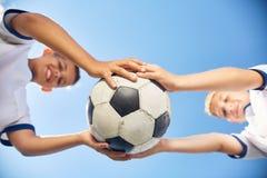 2 мальчика держа шарик футбола Стоковые Изображения RF