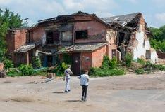 2 мальчика идя к старому покинутому загубленному страшному дому Стоковые Фото