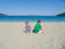 2 мальчика на пляже Стоковая Фотография RF