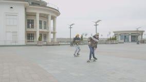 2 мальчика уча завальцовку фокуса kickturn на коньках