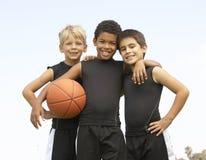 мальчики баскетбола объениняются в команду детеныши Стоковая Фотография