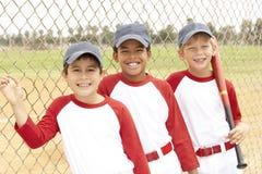 мальчики бейсбола объениняются в команду детеныши Стоковое Изображение