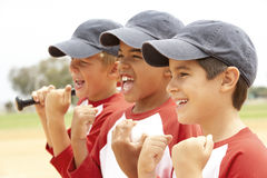 мальчики бейсбола объениняются в команду детеныши Стоковое фото RF
