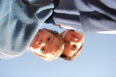 мальчики вниз смотря Стоковая Фотография RF
