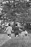 мальчики выслеживают бежать их стоковые изображения rf