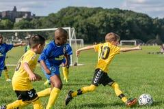 Мальчики в 2 командах играя игру футбола стоковые изображения rf